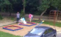 Ребёнок решил поиграть в песочнице.jpg