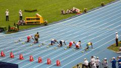 Хусейн Болт (3-я дорожка) готовится к забегу на 100 м