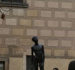 Памятник «освобождение от коммунизма» – это статуя обнаженного мальчика у музея игрушек в Пражском Граде