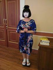 Японская девушка с программками и билетами