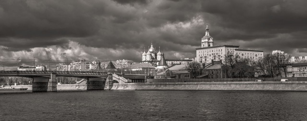 Мост, река и монастырь