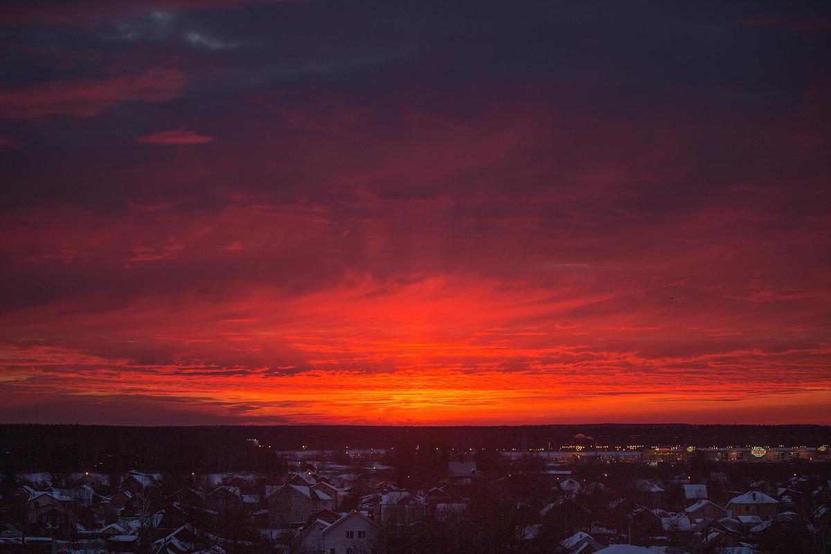 Тот, кто рано встает, вот такой рассвет видит в окно :)