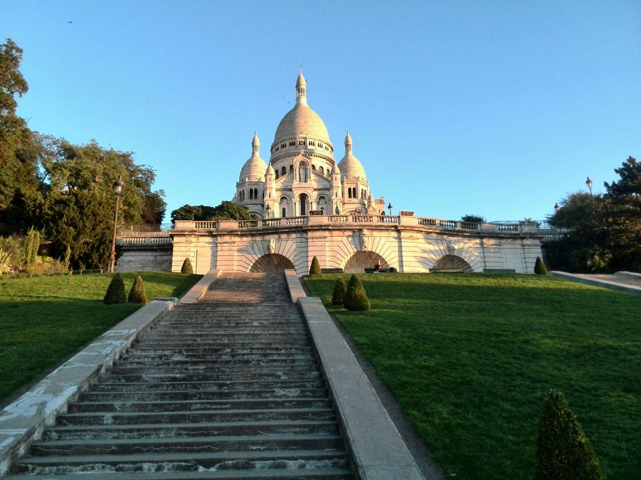 Париж. Монмартр. Базилика Сакре-Кёр в утреннем свете.