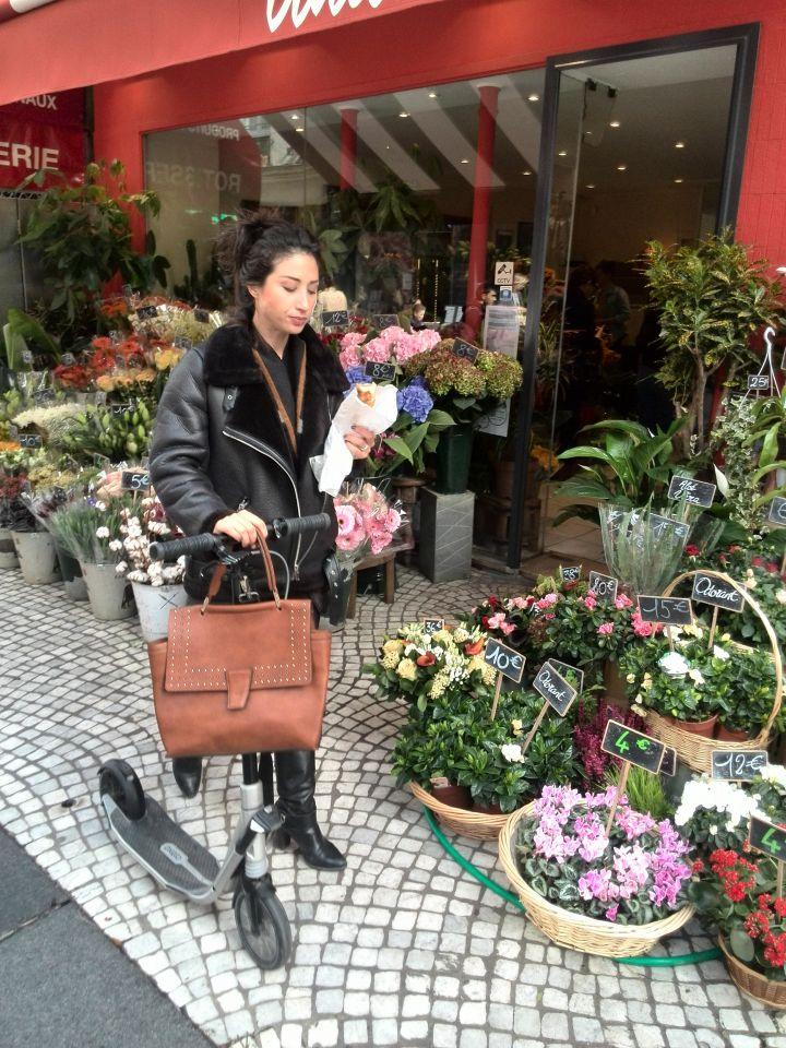 Париж. Парижанка, багет, самокат и цветы.