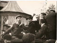 У старого военкомата, 1955 год, проводы в армию