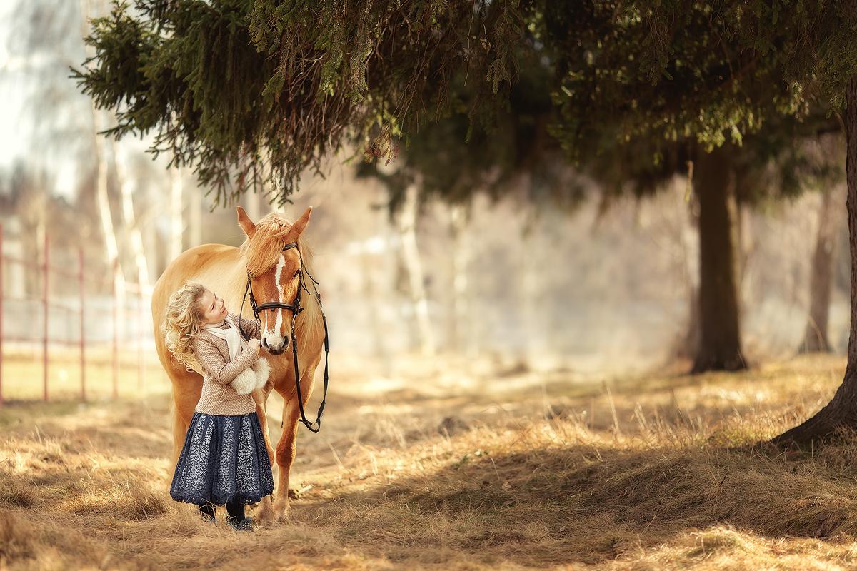 Настя с лошадкой Апельсинкой