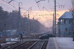 Розовый закат, снег и провода