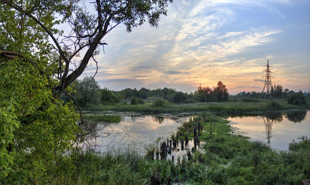 Закат над остатками старинной плотины