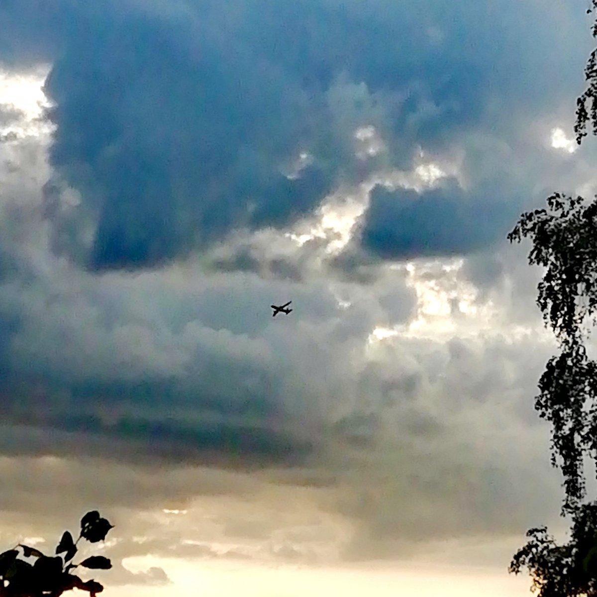Тишково. Самолёты улетают... Тают в облаках.