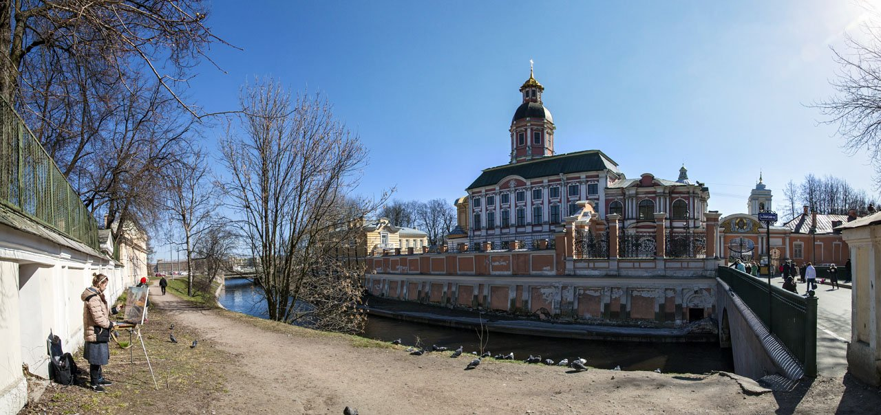 Художница и птички у Александро-Невской Лавры